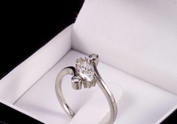 Három köves eljegyzési gyémánt gyűrű