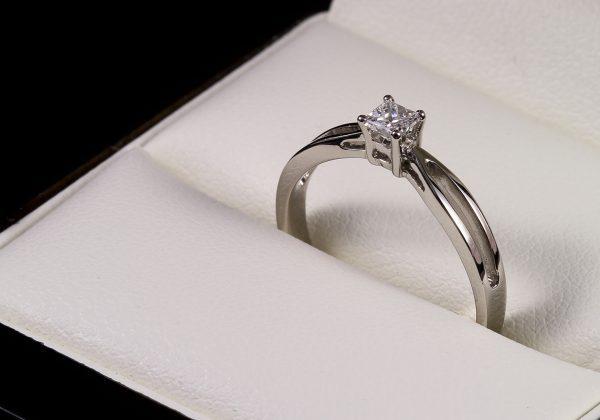 Arany eljegyzési gyémánt gyűrű