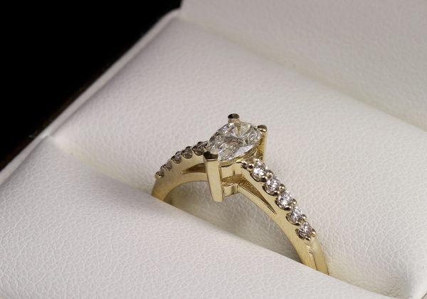 Eljegyzési csepp gyémánt gyűrű