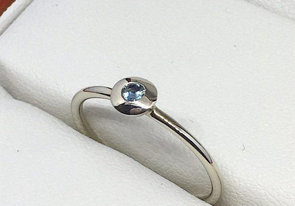 Eljegyzési fehér arany zafír gyűrű 0.051ct