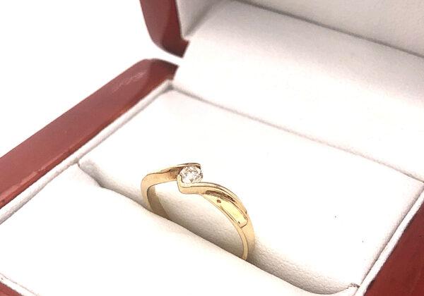 Sárga arany eljegyzési gyémánt gyűrű 0.118 ct- ban található gyémánt VS tisztaságú és I-J színű. A kő 0.118ct súlyú és briliáns csiszolású.