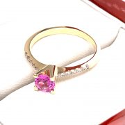 Eljegyzési gyémánt pink zafír gyűrű 0.687 c