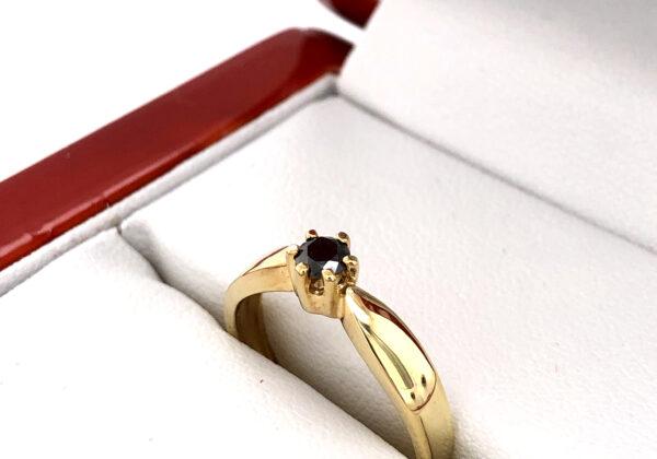 A sárga arany gyűrűben található gyémánt AAA tisztaságú és fekete színű. A kő 0.163 ct súlyú és briliáns csiszolású.
