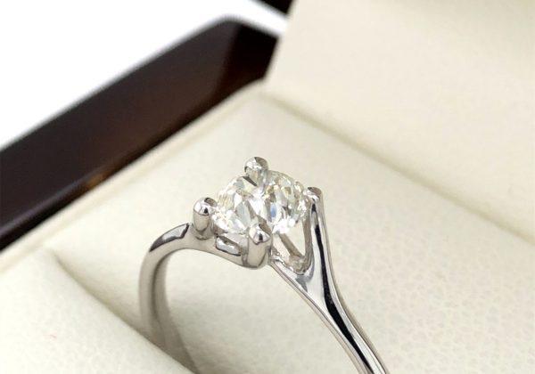 Csavart eljegyzési gyémánt gyűrű 0.55 ct y